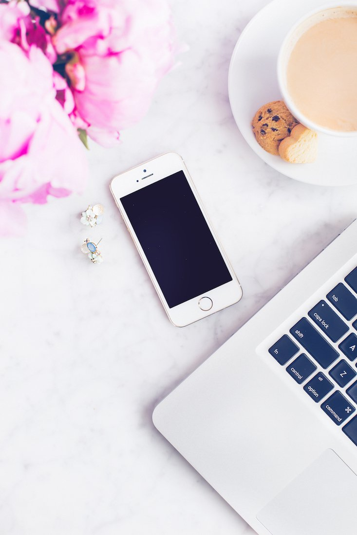 How to choose your blog niche desktop with coffee and treats